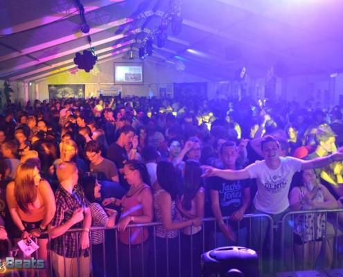 Volles Partyzelt beim Clubbing